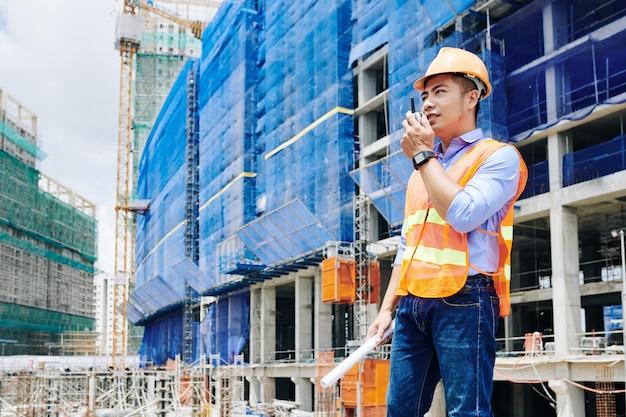 Entrepreneur utilisant talkie-walkie pour la communication