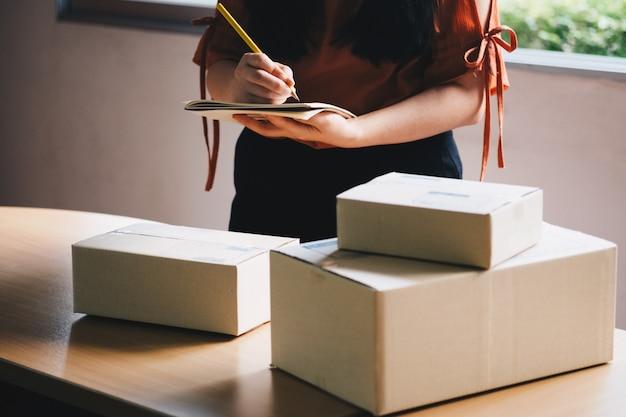 Entrepreneur vérifiant le colis avant la livraison au client