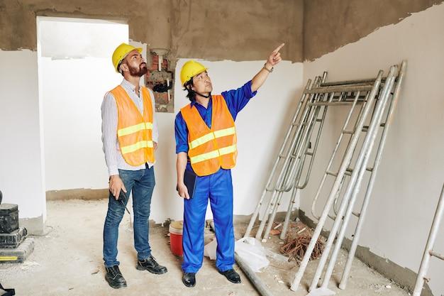 Entrepreneur vérifiant la maçonnerie en plâtre