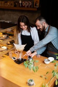 Entrepreneurs à angle élevé travaillant ensemble