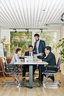 Entrepreneurs discutant de documents