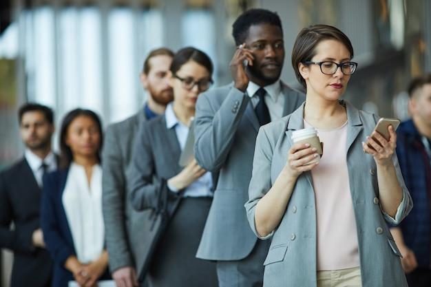 Entrepreneurs faisant la queue