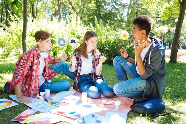 Des entrepreneurs prometteurs. équipe de jeunes entrepreneurs prometteurs utilisant des chapeaux de réflexion tout en ayant un brainstorming