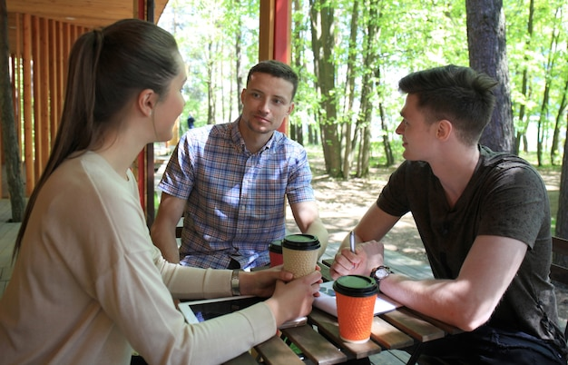 Entreprise de démarrage, groupe de jeunes créatifs réfléchissant à une réunion à l'extérieur du bureau.