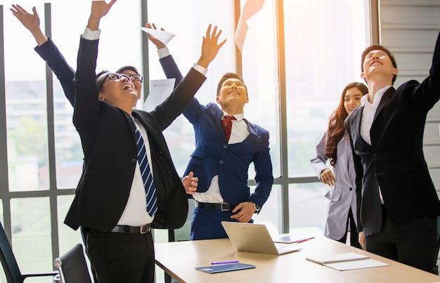 Entreprise d'équipe créative - hommes et femmes travaillant au bureau.