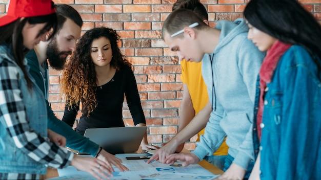Entreprise de la génération y. travail d'équipe réussi. personnes travaillant ensemble sur le projet.