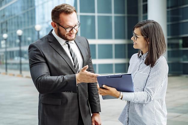 Entreprise moderne. brainstorming de l'équipe commerciale. homme d'affaires réussie et jeune femme communiquant