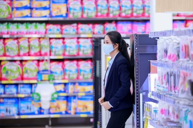Entreprise propriétaire en masque de protection médical debout et à la recherche de son magasin