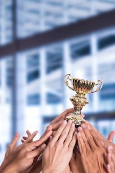 Entreprise réussie avec leur trophée gagnant tenant à la main.