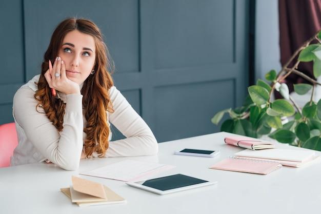 Entreprise smm. jeune femme réussie travaillant dans un espace de bureau