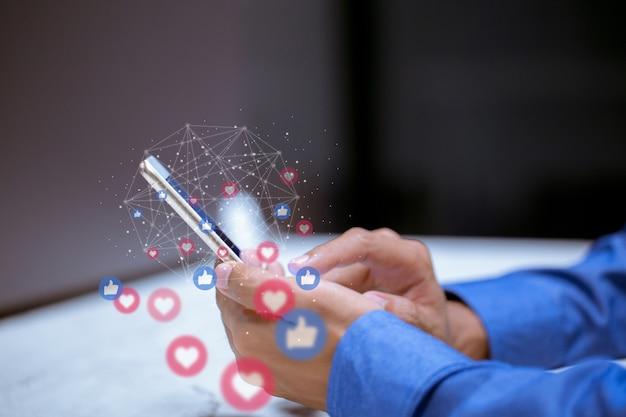 Entreprise utilisant un smartphone, concept d'innovation de technologie de réseautage social de médias sociaux.