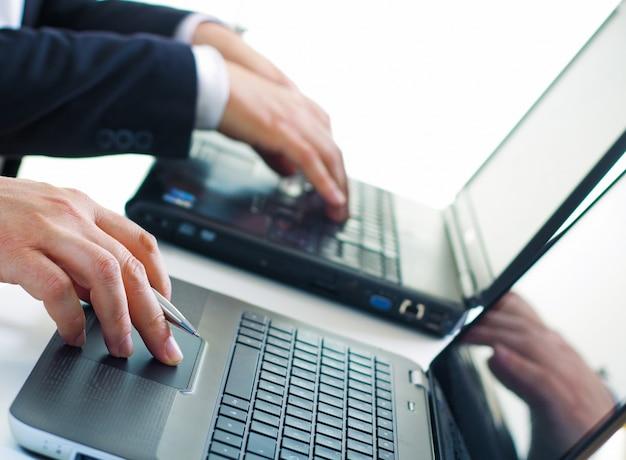 Les entreprises de communication des travailleurs dactylo ordinateur portable
