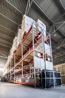 Entreprises Industrielles Et Logistiques D'entrepôt. De Longues étagères Avec Une Variété De Boîtes Et De Conteneurs. Photo Premium