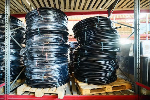 Entreprises industrielles et logistiques d'entrepôt. tuyau en plastique enroulé.