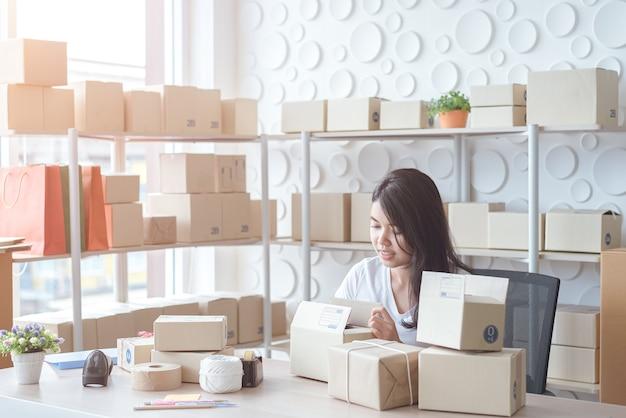 Les entreprises en ligne commencent dans les petites entreprises ou les pme et le concept de pack box d'affaires en ligne