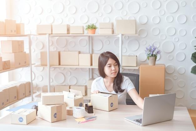 Les entreprises en ligne commencent dans les petites entreprises ou les pme et les packs box concept d'entreprise en ligne