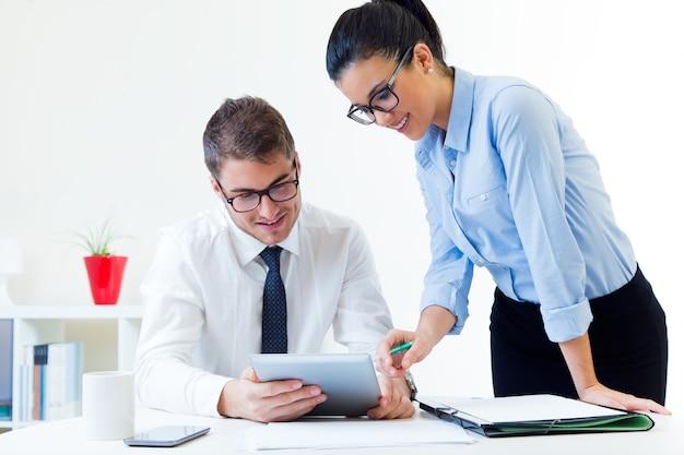 Les entreprises travaillant dans le bureau avec une tablette numérique.