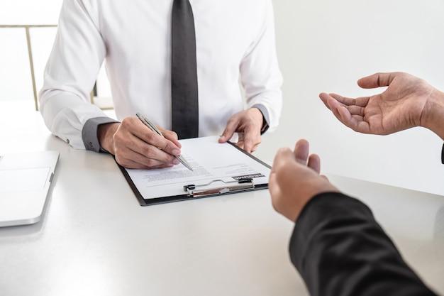 Entretien d'affaires examiner et poser des questions au candidat une conversation de curriculum vitae au cours du profil du candidat, mener un entretien d'embauche écouter les réponses à la pensée.