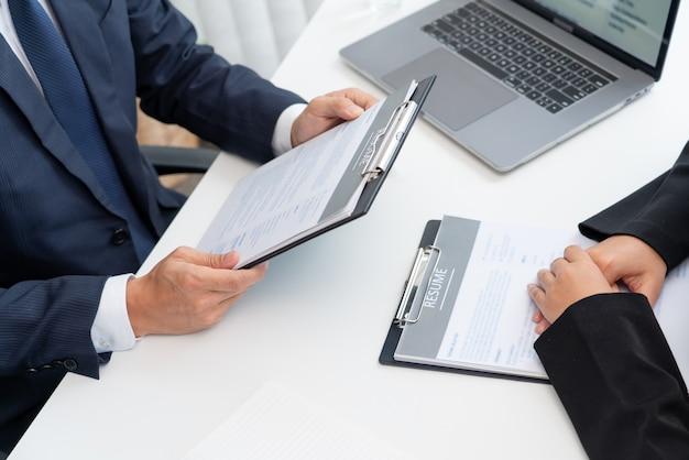 Entretien d'embauche avec le candidat aux responsables des ressources humaines des entreprises au bureau.