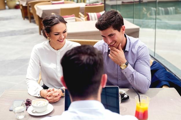 Entretien d'embauche de couple d'affaires parlant d'eux-mêmes. les gens d'affaires réfléchissent à un mode de vie réussi.