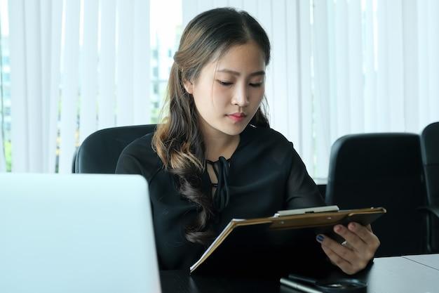 Entretien d'embauche de discussion rh avec réponses de femmes postulant à un emploi.
