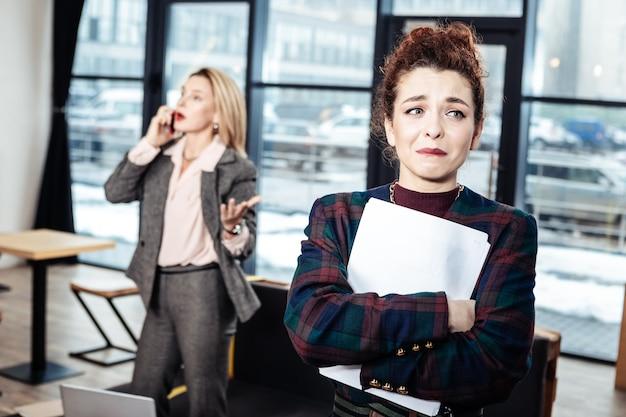 Entretien d'embauche horrible. une jeune secrétaire émotive a failli fondre en larmes après un entretien d'embauche horrible