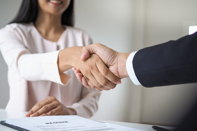 Entretien d'embauche réussi. les cadres sont disposés à accepter les candidats au travail