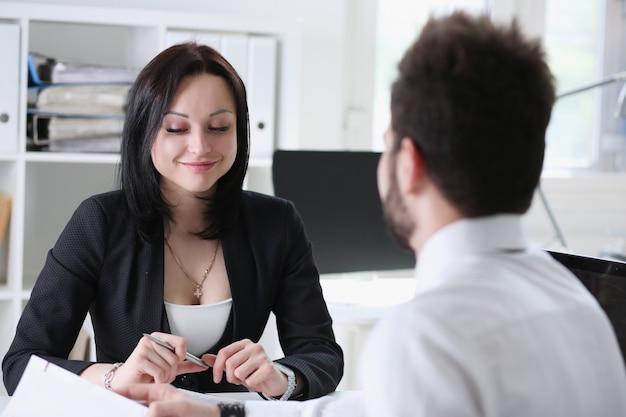 Entretien homme et femme au bureau nouveau travail premier lieu de travail