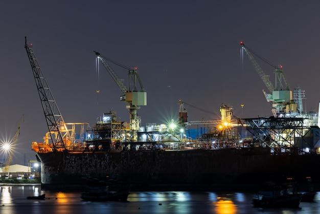 L'entretien des navires en cale sèche la nuit de longues expositions tourné et l'avant-plan de la mer