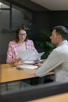 Entretien ou négociation femme d'affaires réussie et belle dans son entretien de bureau