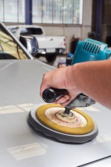 Entretien de voiture avec la machine de tampon de puissance