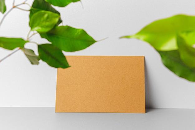 Enveloppe artisanale avec des feuilles