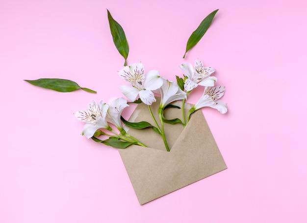 Enveloppe artisanale avec des fleurs d'alstroemeria