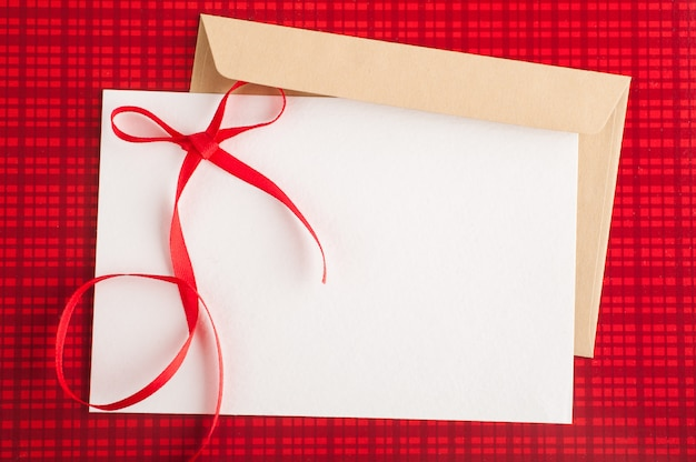 Enveloppe artisanale vierge sur rouge