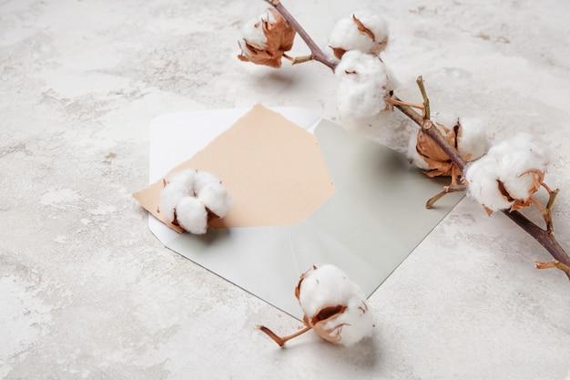 Enveloppe et belles fleurs de coton