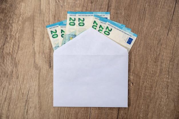 Enveloppe avec des billets de banque en euros - gros plan