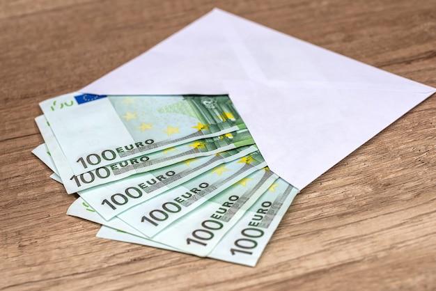 Enveloppe avec des billets de banque en euros