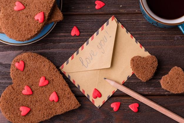 Enveloppe avec des biscuits en forme de coeur