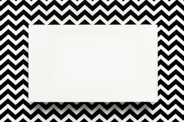 Enveloppe blanche avec abstrait