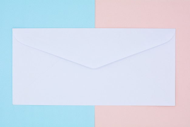 Enveloppe blanche courrier sur fond rose et bleu