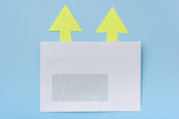 Enveloppe blanche avec des flèches dans un sens