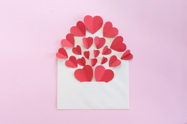 Enveloppe blanche pleine de coeurs