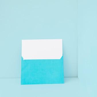 Enveloppe bleue avec papier blanc à l'intérieur