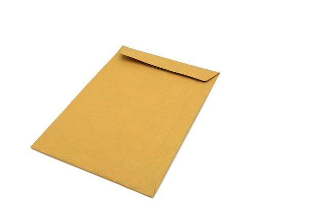 Enveloppe brune isolée sur blanc