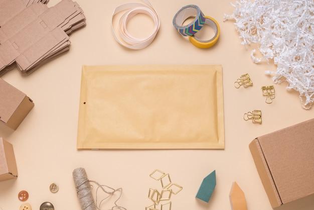 Enveloppe à bulles marron sur le bureau de couleur