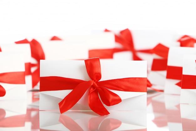 Enveloppe cadeau avec un arc rouge génial