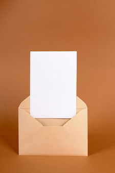 Enveloppe avec carte d'invitation vierge