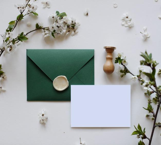 Enveloppe avec cire, lettre et fleurs