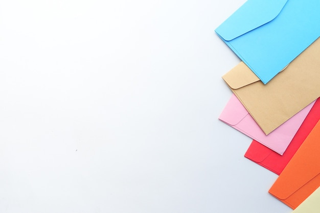 Enveloppe colorée sur fond blanc avec espace copie.
