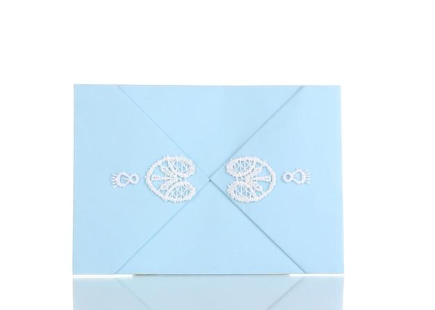 Enveloppe de couleur isolée sur blanc